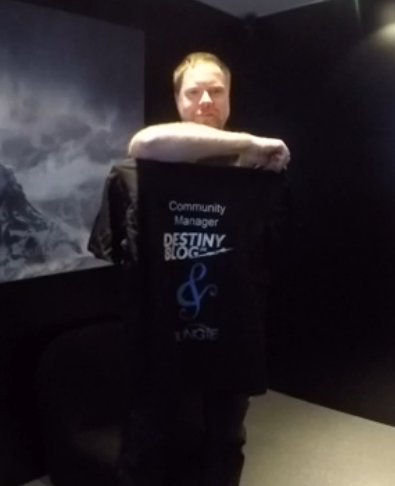 DeeJ mit Destinyblog-T-Shirt