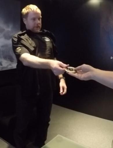 Deej übergibt dem Destinyblog-Team eine seltsame Münze.